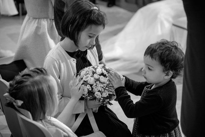 Kinder spielen in der Kirche bei Trauung