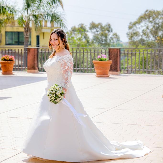 Brautportrait mit Hochzeitskleid und Brautstrauß
