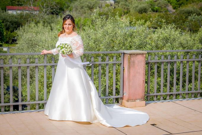 Braut auf Terrasse Sizilien