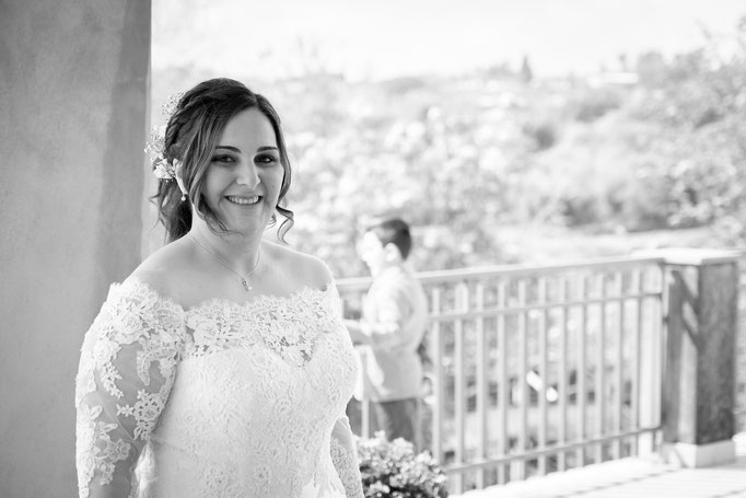 Braut auf Sizilien im Hochzeitskleid