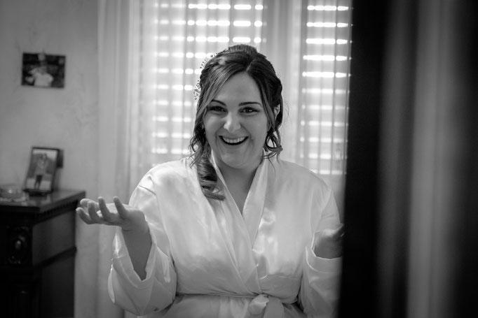 Braut vor dem Spiegel als Fotograf auf Sizilien