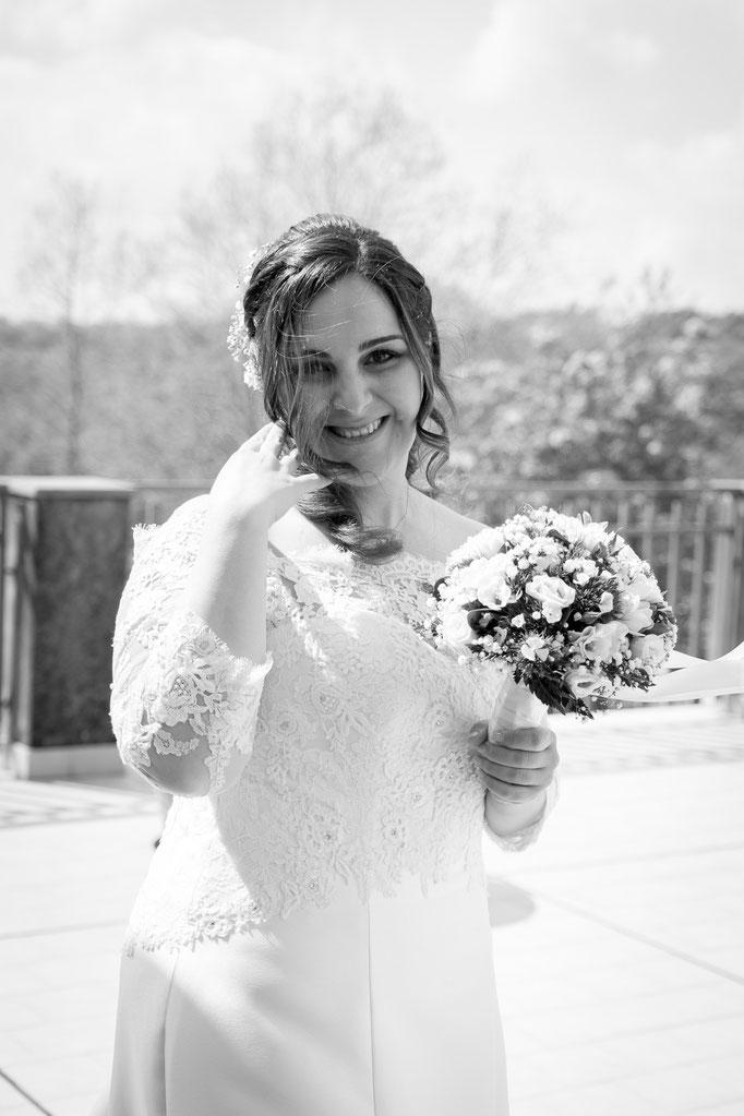 Braut im Hochzeitskleid und Brautstauß
