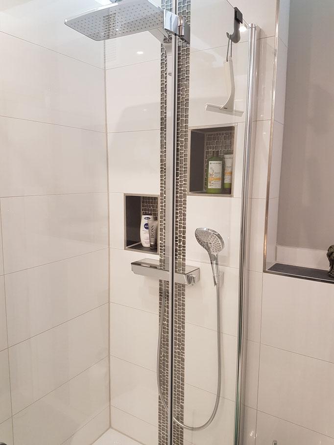 Duschbereich mit Nischen für Utensilien