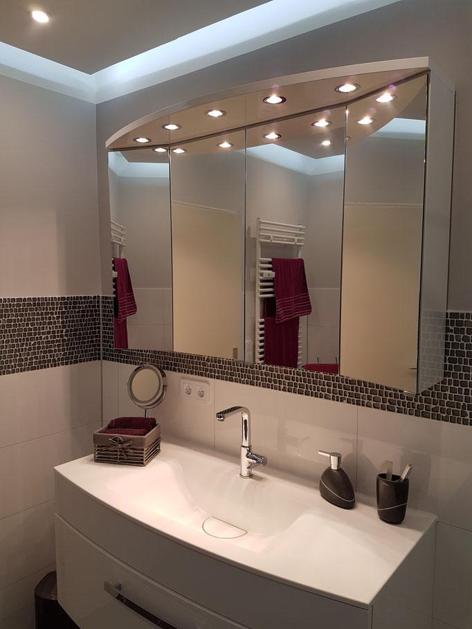 Waschtischbereich mit Mosaik untermalt