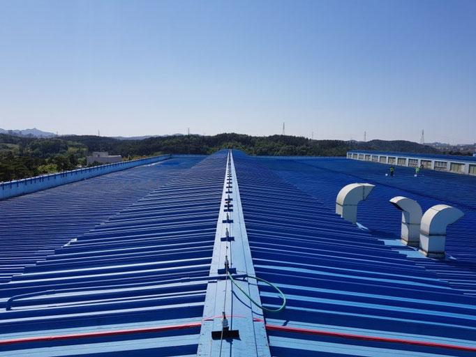 海外の工場屋根に熱交換塗料
