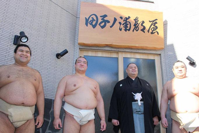 東京の田子の浦部屋の前で親方と稀勢の里