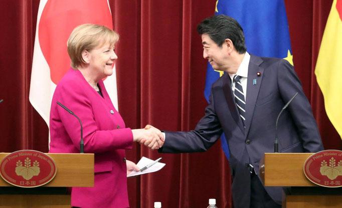 記者発表の後両首脳握手