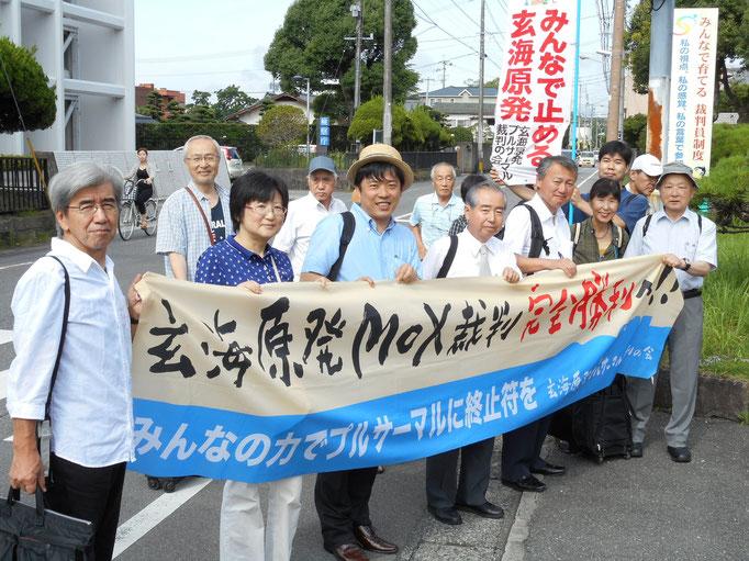 7月29日 佐賀地裁に入廷する小山さん(右端)と弁護団・原告団一同