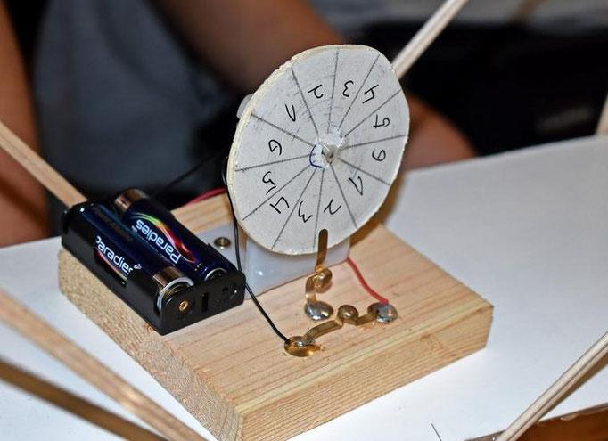"""So sieht die lustige """"Notenauslosungsmaschine"""" von Joshua und Lucas aus."""