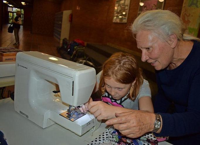 Sophia (10) lernt von AG-Leiterin Elvira Gaun die ersten Handgriffe an der Nähmaschine. Gaun leitet schon seit 15 Jahren Arbeitsgemeinschaften im Nähen und Zeichnen an der KGS.