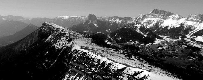 La crête du Serpaton , le Mont Aiguille et le Gd Veymont au fond