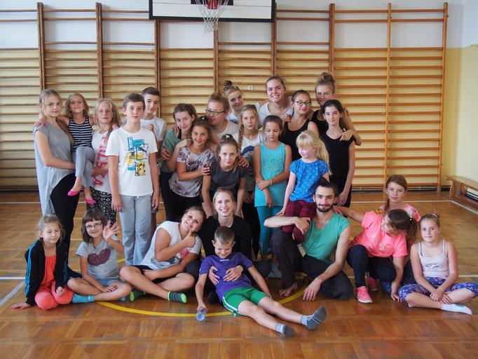 Duża taneczna rodzina po ciężkiej pracy - fot. Mariola Buczkowska-Słomka