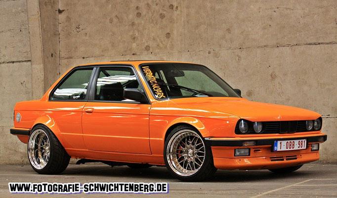 04/14 Ein BMW E30 327i aus Belgien in einer Fertigungshalle abgelichtet.