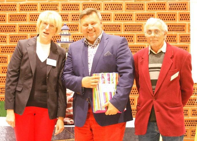 Schauleiterin Anne-Kartin Schütt, mit dem Richter Otto Krcal und dem 2. Vorsitzenden Jürgen Fritsch