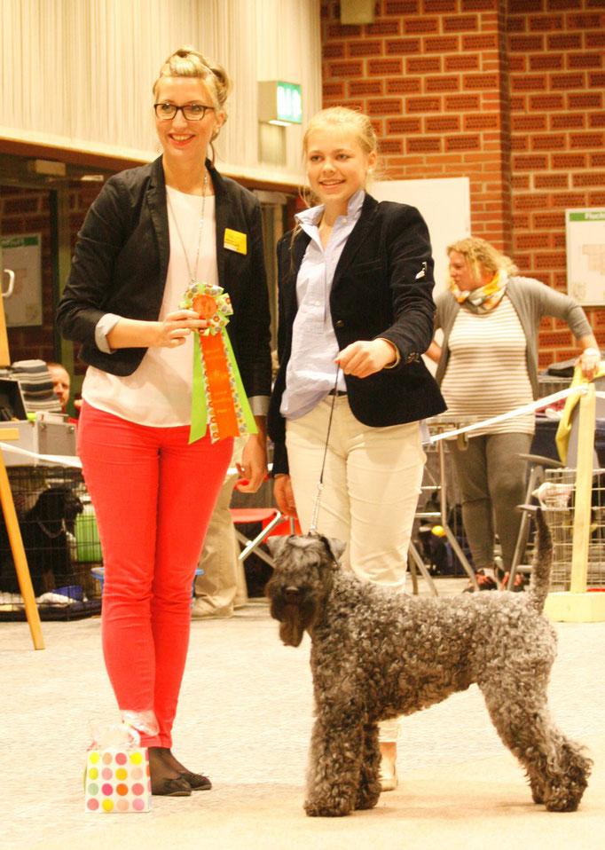 Tagessiegerin im Juniorhandling Lotta Heider, mit Ihrem Kerry Blue Terrier