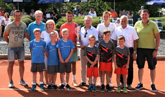 Gruppenfoto Verantwortliche, Turnierkinder und den Finalisten