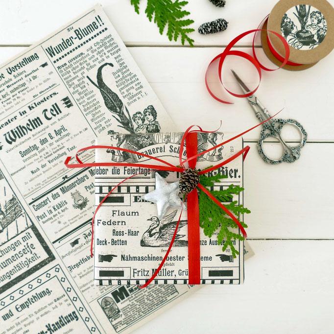 Weihnachtsgeschenke eingepackt mit Nostalgie Papier und roten Schleifen