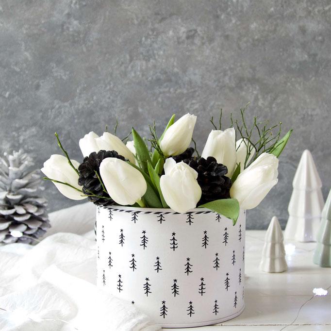 Winterliche Dose mit schwarzen Bäumchen weisse Tulpen schwarze Zapfen