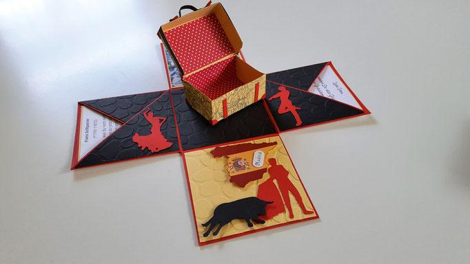 die Flamencotänzer, der Kartenumriss von Spanien, der Stier mit Torrero bringen den spanischen Flair