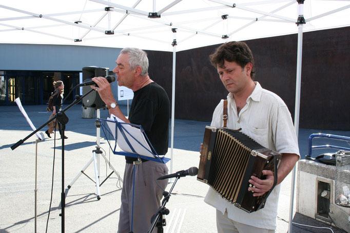 Roger Monnerat, begleitet von Stefan Anastasia