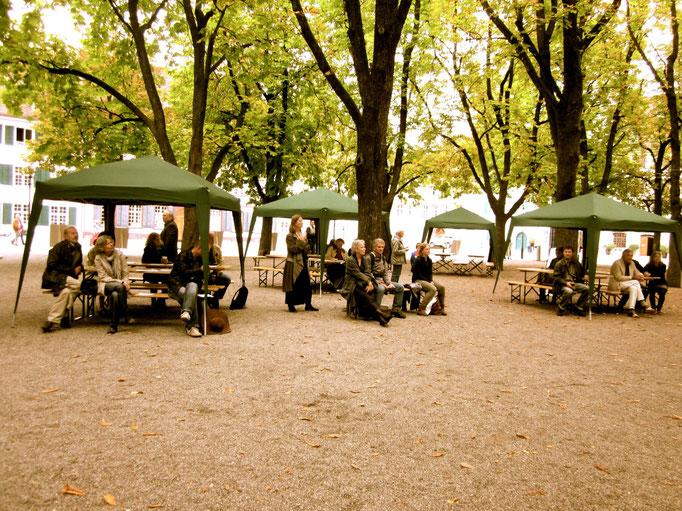 Publikum unter Pavillons
