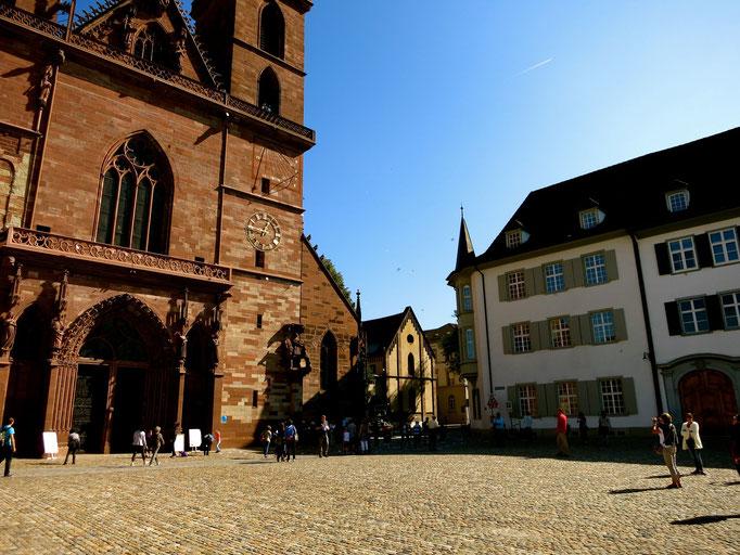 Gedichte landen auf dem Münsterplatz und werden restlos (!) gefangen und aufgesammelt