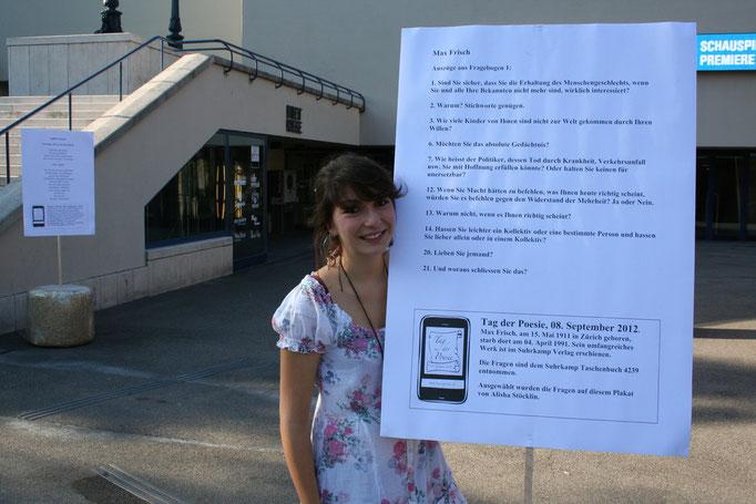 Alisha Stöcklin mit einem ihrer Lieblingsgedichte.