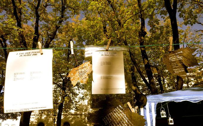 Flugblätter vom Tag der Poesie 1980/81 zur Verfügung gestellt von Balz Raz und 'echte' Flug-Blätter mit handgeschriebenen Gedichten, hergestellt von Noemi Niederberger