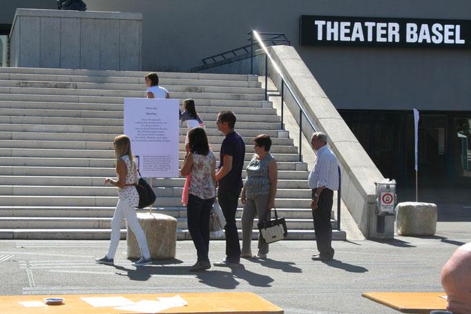 Gedichtplakate auf dem Theaterplatz.