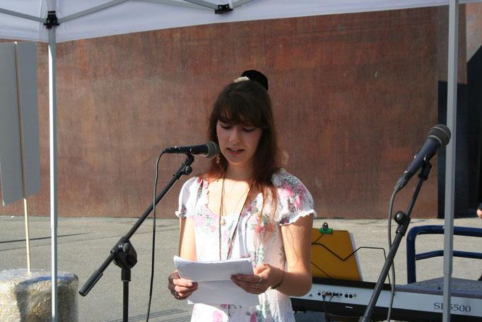 Alisha Stöcklin eröffnet den Tag der Poesie.