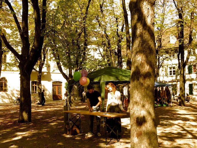 Ballon-Stand: Kinder haben Gedichte verfasst und sie an Ballons befestigt über die Stadt fliegen lassen.