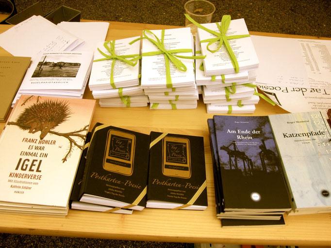 Büchertisch der Bachletten Buchhandlung mit Postkarten-Poesiebündel vom 2012 & 2013