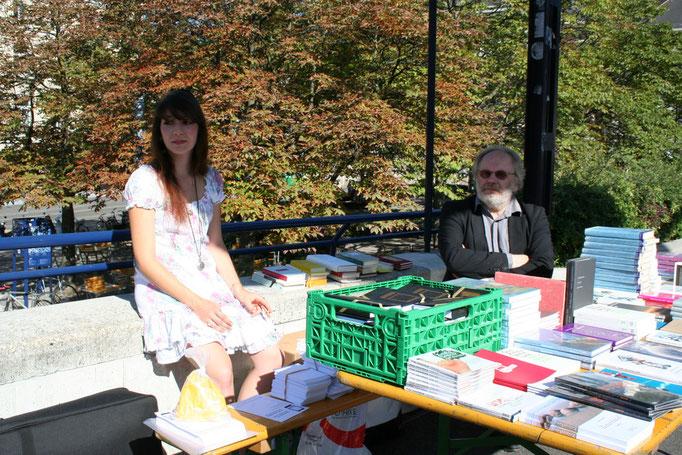 Alisha Stöcklin und Matthyas Jenny am Bücherstand der Bachletten Buchhandlung.