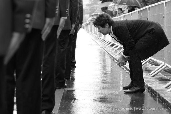 Dirigentin im strömenden Regen am Luzerner Kantonalmusikfest Kriens