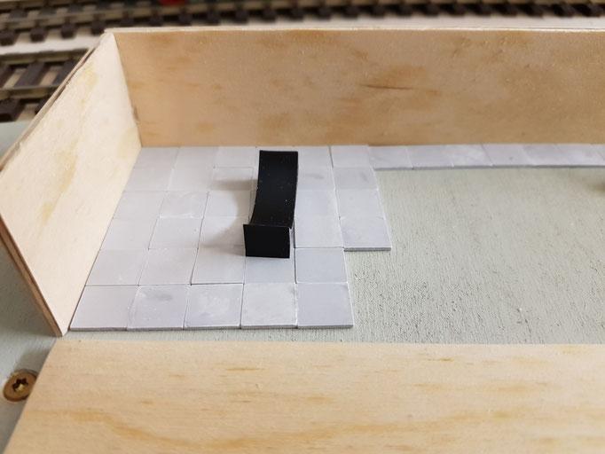 Schutzmauer für den Tank und Bodenauflage