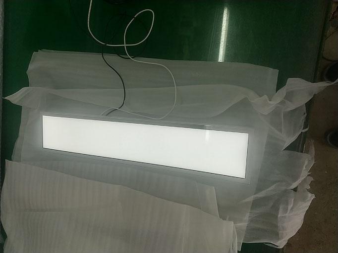 ULTR HAIR、LED箱文字
