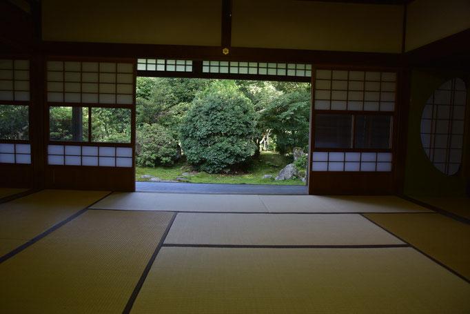 和室からの眺め。南北の2か所があります。