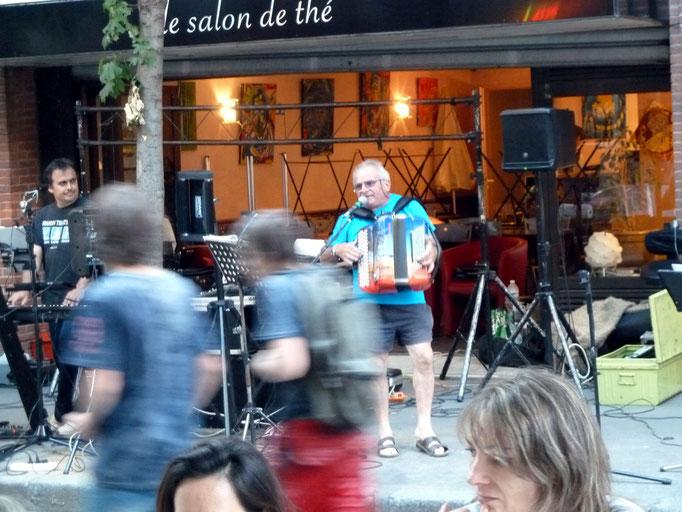 L'orchestre d'André Alé chauffe la rue