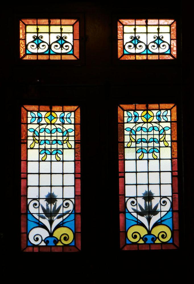 Rue des Chalets : porte sur rue, vue intérieure. La grille est une part essentielle du décor.