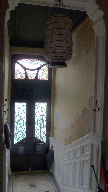 Entrée bd Matabiau (22). Les murs sont peints à la main. Très jolie grille 1900, mais seule l'imposte est équipée d'un vitrail.