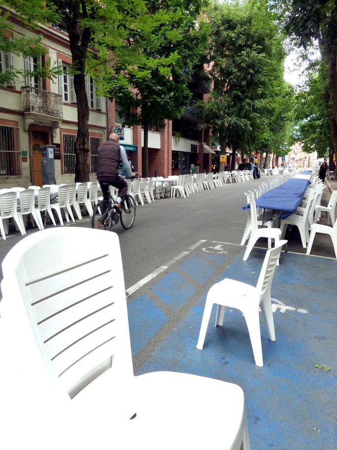 17 heures : les tables et les chaises sont en place