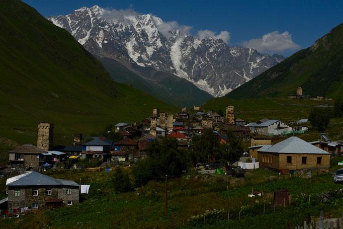Zicht op Ushguli met op de achtergrond de berg 'Shkhara' (5201 m)