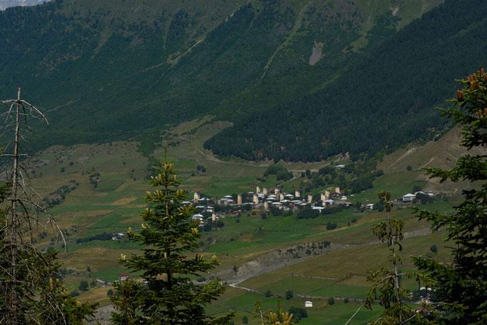 Zicht op Mestia op weg naar Ushguli