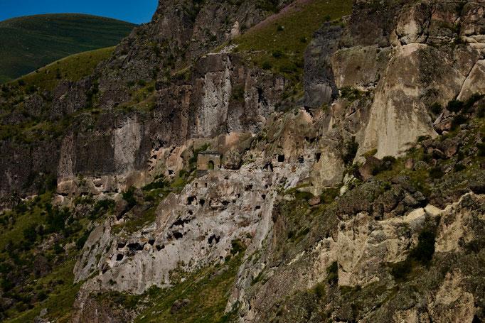 De velen holen waarin de monniken leefden