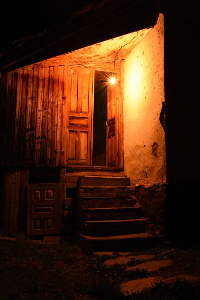 Zomaar een oude deur met mooie verlichting