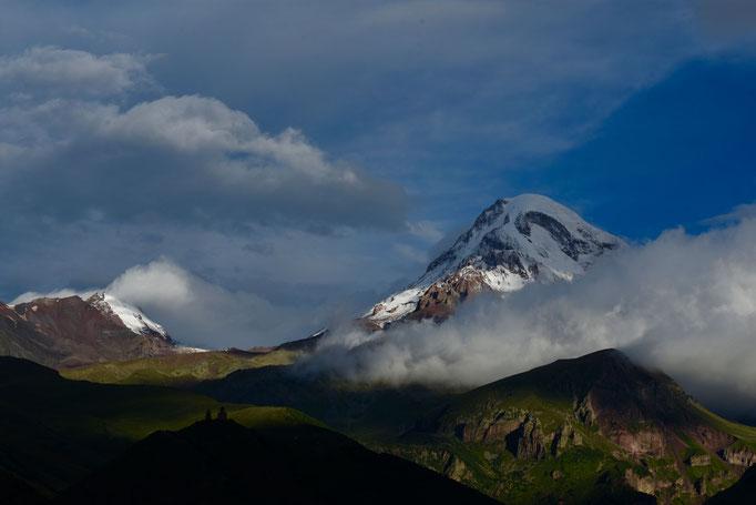 Mount Kazbek met op de voorgrond de Gergeti Trinity Church