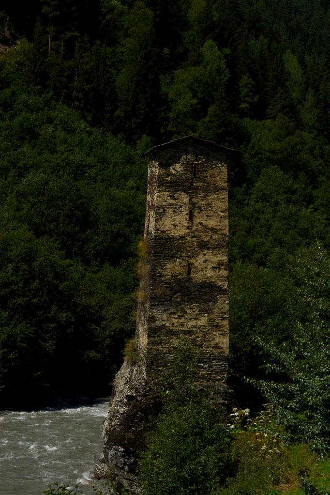 De 'Tower of Love' in het dorp Kala op wag naar Ushguli