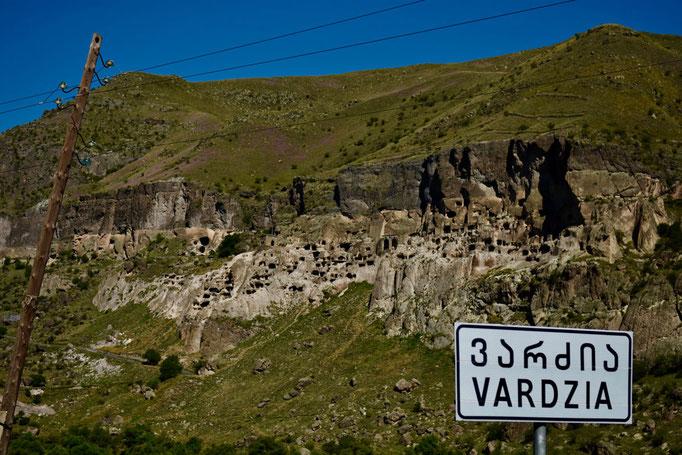 Zicht op Vardzia Cave City vanop de weg
