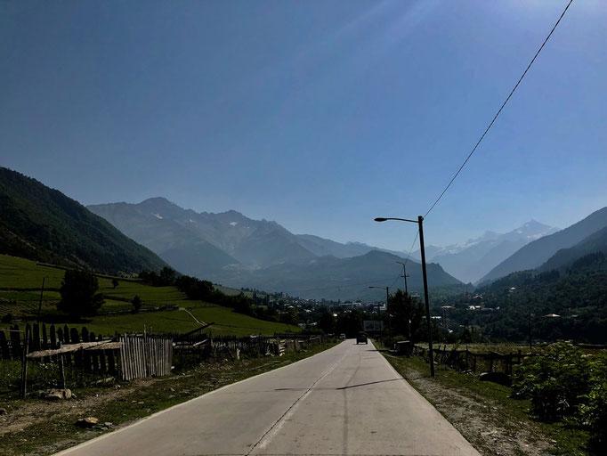 Een deel van de nieuw aangelegde weg naar Ushguli