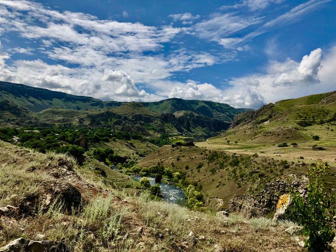 De rivier Mtkvari baant zich een weg doorheen de vallei